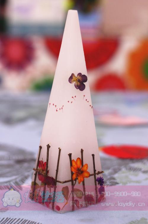 烛生活用灵感将这些可爱的花朵们和蜡烛相结合,每一款蜡烛都倾注了